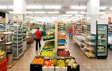 Foto panoramica de supermercado.