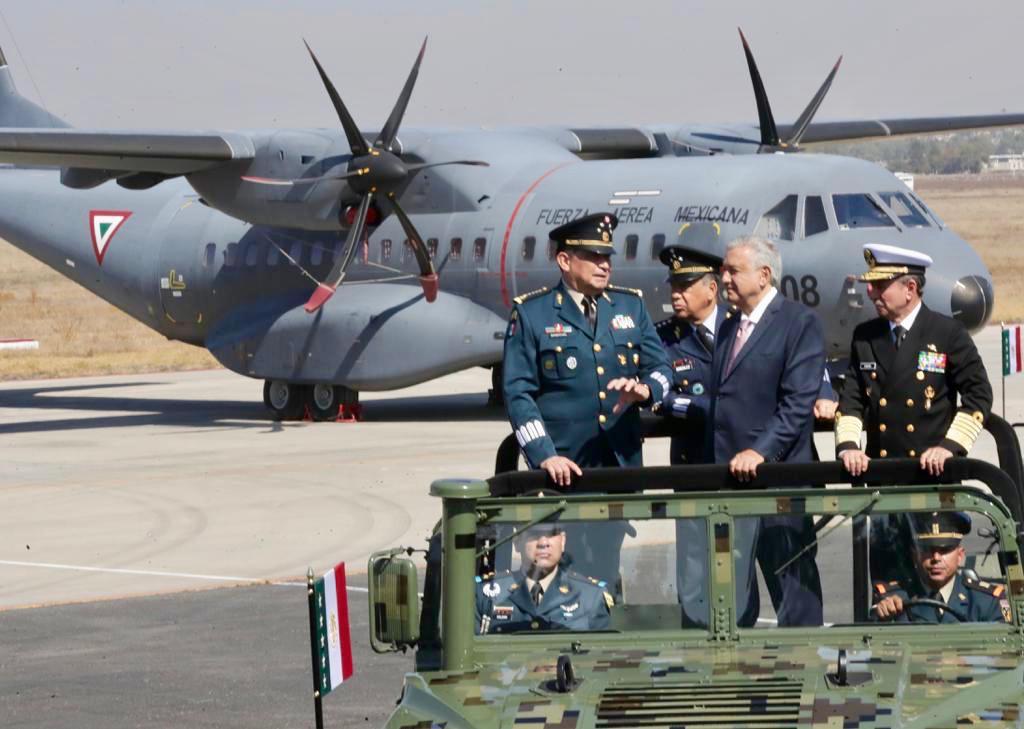 El Presidente de México durante el Día de la Fuerza Aérea Mexicana en Santa Lucía, Zumpango.