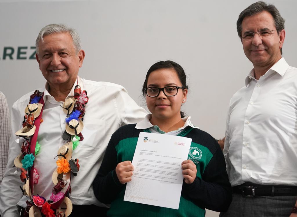 Entrega de becas para Educación Media Superior en el Estado de México.
