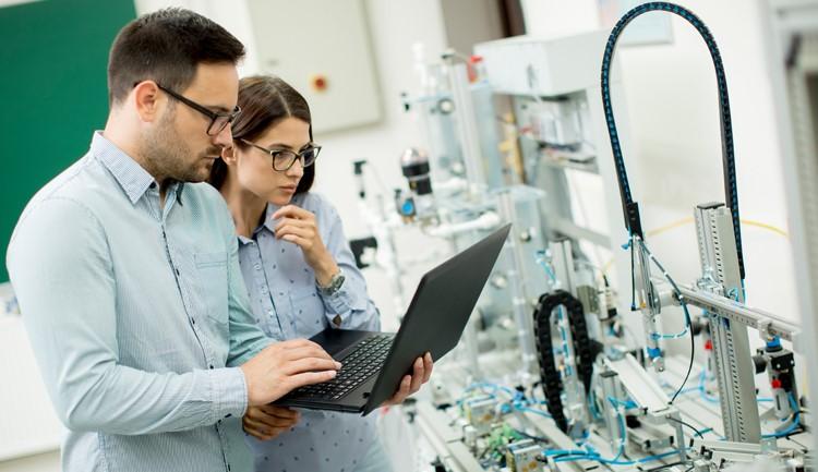 Estudiantes trabajan en laboratorio diseñando algún prototipo.