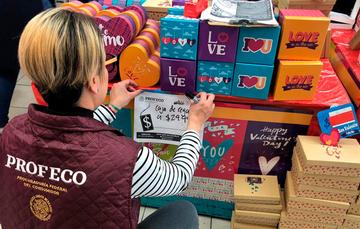 Operador de PROFECO revisa precios en obsequios del 14 de febrero