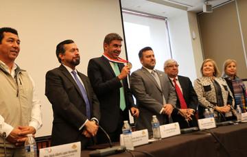 Elías Ayub recibe el reconocimiento en la sede del Instituto de los Mexicanos en el Exterior (IME)