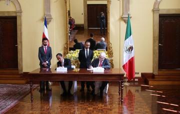 Víctor Manuel Sánchez Colín, Encargado de Negocios a.i de la Embajada de México en Costa Rica y Manuel E. Ventura Robles, Canciller de la Republica de Costa Rica.