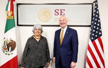 La Secretaria de Economía,  Dra. Graciela Márquez, acompañada deñ Gobernador del Estado de Nebraska (Estados Unidos), John Peter Ricketts.