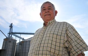 Empresario Social frente a un silo de arroz a contra luz.