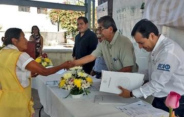 El Encargado de Despacho del Registro Agrario Nacional, Plutarco García Jiménez, entrega Documento Agrario a beneficiario.