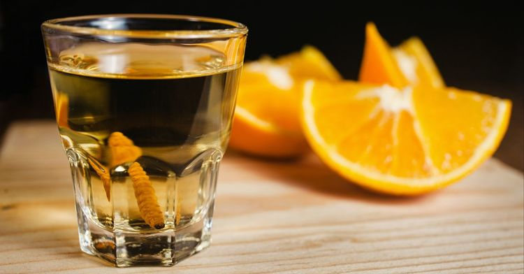 Mezcal con naranja.