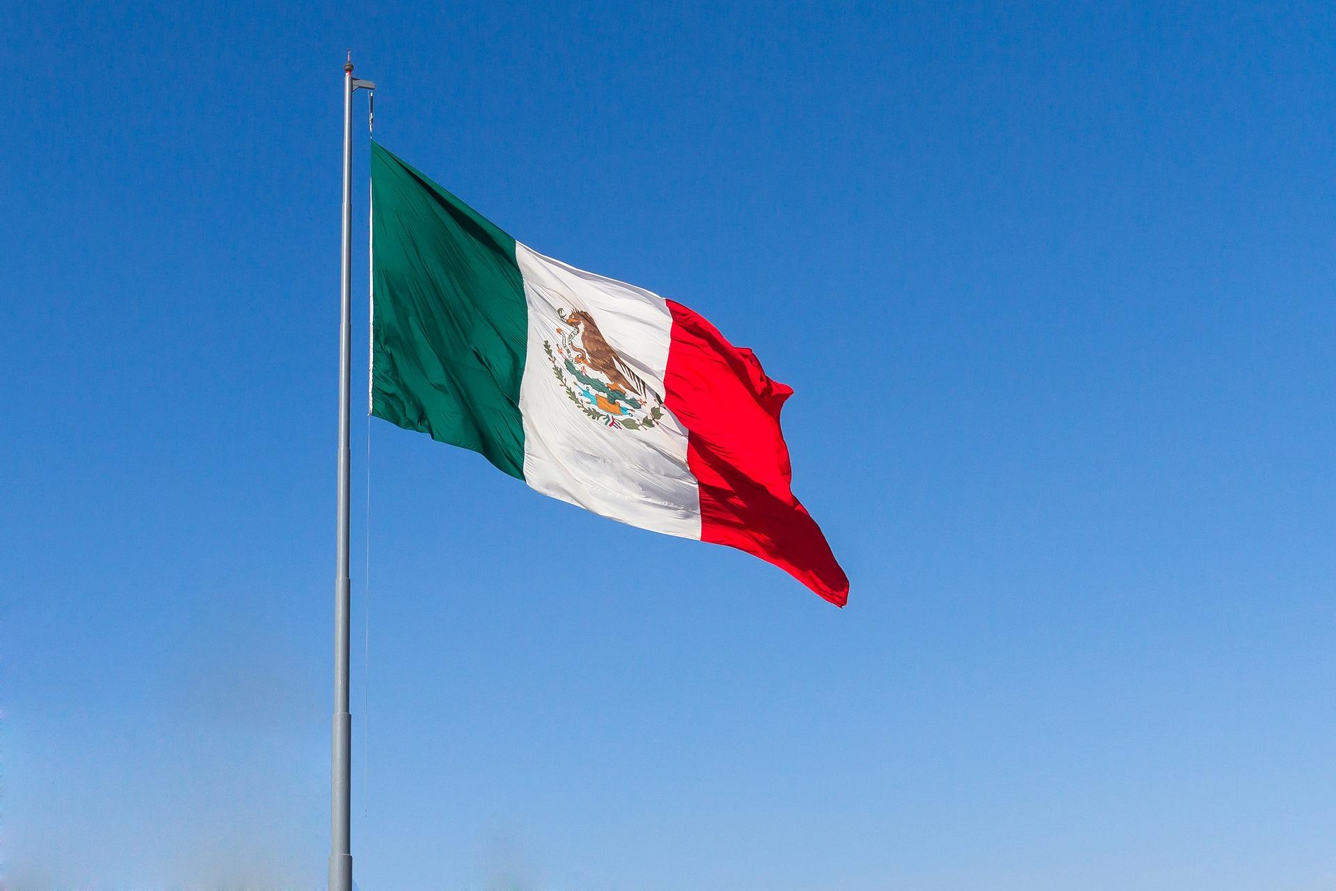Bandera de México, ondeando con el viento.