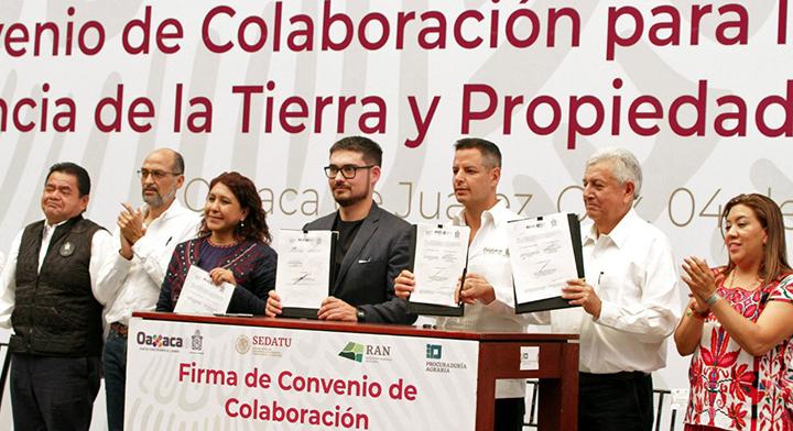 Entrega Román Meyer 444 títulos de propiedad en Oaxaca; condona pagos a ejidatarios.
