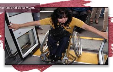 Mujer en silla de ruedas sube al transporte público.