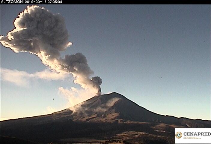 A las 7:30 h, el volcán presento una explosión que generó una columna de vapor, gas y ceniza de aproximadamente 5 km de altura que los vientos desplazaron en dirección Noreste.