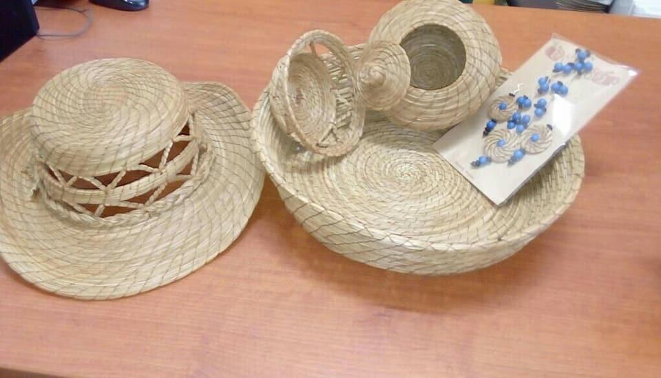 """Artesanías realizadas por el grupo grupo de mujeres wixárikas llamado, TAHUYARY que significa """"Creamos con el corazón"""""""