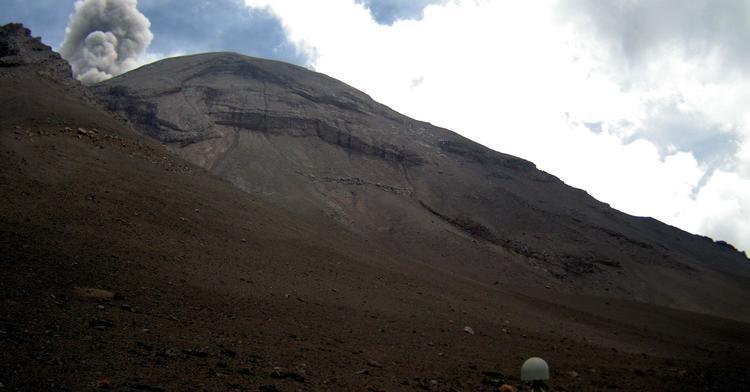 El sistema de monitoreo registró en las últimas 24 h 43 exhalaciones, 12 minutos de tremor de baja amplitud e incandescencia sobre el cráter durante la noche.