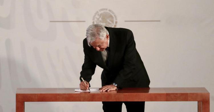 Presidente López Obrador firma compromiso por la revocación de mandato y la no reelección