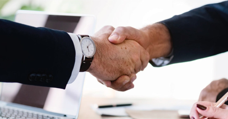 Dos hombres que se estrechan las manos