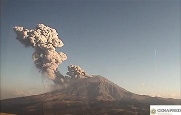 A las 18:11 h el volcán Popocatépetl presentó una explosión que generó una columna de ceniza, vapor de agua y gas, que los vientos dispersan al este. Se observa caída de fragmentos incandescentes sobre las laderas a una distancia de 1 km