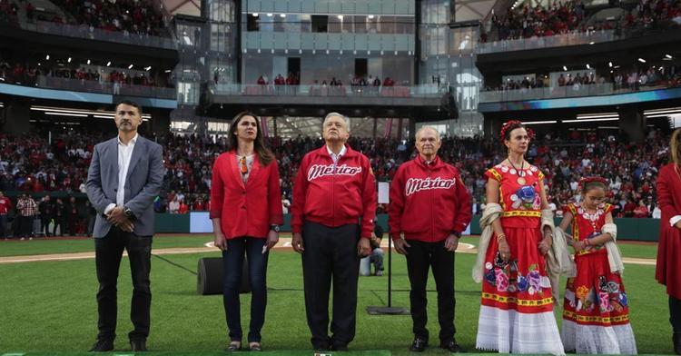 La titular de la CONADE acompañó al presidente de la República, Andrés Manuel López Obrador, al primer juego celebrado en el estadio Harp Helú.