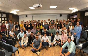 El director general del Instituto Mexicano de la Juventud, Guillermo Santiago Rodríguez se encuentra en el centro de un pequeño auditorio, rodeado de titulares de juventud y universitarios del Estado de Jalisco.