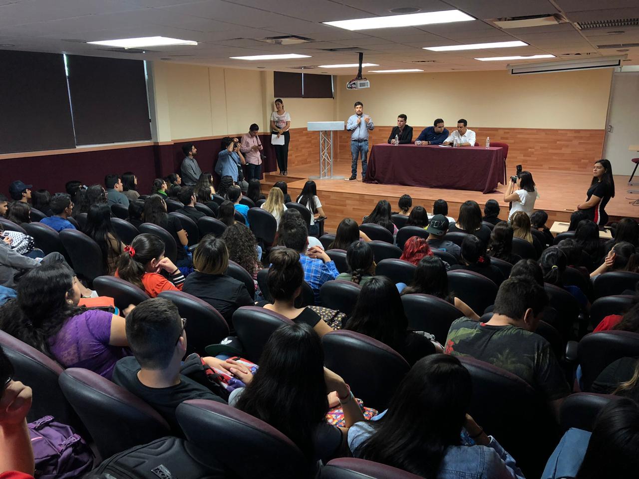 Guillermo Santiago Rodríguez, director general del Instituto Mexicano de la Juventud se encuentra hablando en un auditorio del Instituto Tecnológico de Mazatlán (ITMAZ) frente a jóvenes estudiantes interesados en temas de juventud.