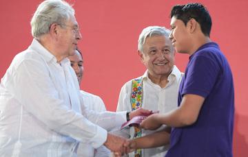 Entrega de Becas Benito Juárez en Ticul, Yucatán.