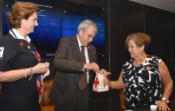 El Dr. Jorge Alcocer Varela, empezó con la donación a la Cruz Roja.