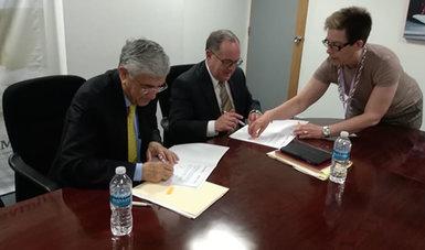 El doctor Onofre Muñoz Hernández y el doctor Miguel Ángel Lezana Fernández, firmando el convenio de colaboración con la UVM.
