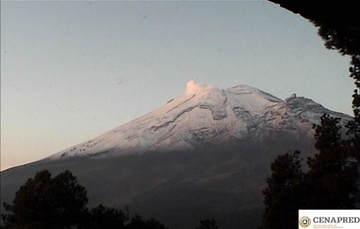 En las últimas 24 horas, por medio de los sistemas de monitoreo del volcán Popocatépetl, se identificaron 40 exhalaciones acompañadas de vapor de agua y gas. Además se registraron dos sismos volcanotectónicos el día de hoy y 15 minutos de tremor.