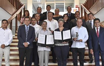 El Director en Jefe del RAN, Plutarco Garc�Jim鮥z, la  Rectora de la UAQ, Teresa Garc�Gasca y testigos al termino de la firma del convenio.