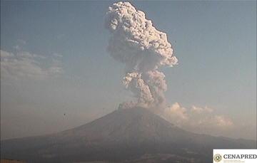 A las 19:10 se registró una explosión acompañada de gases volcánicos y contenido moderado de ceniza, cuya altura alcanzó los 3.5 km sobre el cráter.
