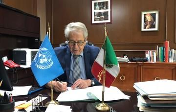 Dr. Jorge Alcocer firmando convenio.