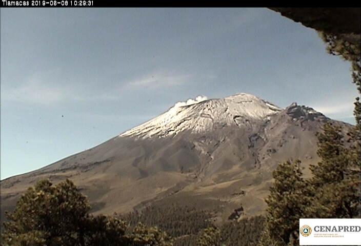 En las últimas 24 horas por medio de los sistemas de monitoreo del volcán Popocatépetl, se identificaron 57 exhalaciones, acompañadas de vapor de agua, gases y ligera cantidad de ceniza. Además se registraron 226 minutos de tremor.