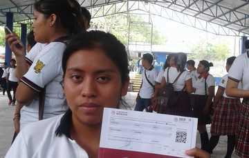 Estudiante en entrega de becas