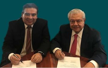 Licenciado José E. García Torres, representante Legal de la empresa GenOil Inc., y el doctor Fernando Castrejón Vacio, director de Tecnología de Producto del IMP