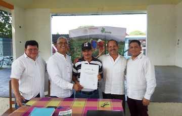 Al centro el Presidente del Comisariado Ejidal, flanqueado por Luis Cruz Nieva, Encargado de la Subsecretaría de Desarrollo Agrario de la SEDATU, y a la izquierda Samuel Peña Garza , Director General del FIFONAFE.
