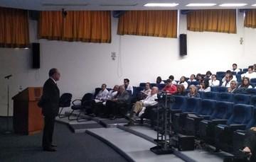 El doctor Miguel Ángel Lezana Fernández durante su presentación