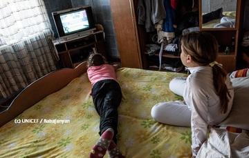 Dos niñas ven TV en su cuarto
