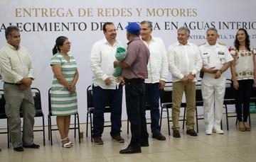 El comisionado nacional de Acuacultura y Pesca, Raúl Elenes, y el gobernador de Tabasco, Augusto López, entregaron a pescadores y acuicultores de nueve municipios motores y artes de pesca con valor de nueve millones de pesos.