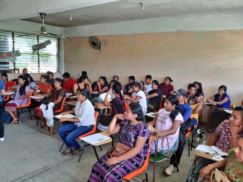 Estudiantes en espera de recibir sus órdenes de pago para la beca Jóvenes Escribiendo en Futuro.
