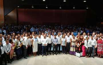 Evento inaugural del foro República Joven en la ciudad de Oaxaca. Al frente, el titular del Imjuve, Guillermo Santiago; el gobernador Alejandro Murat y el titular del Injeo, Armando López Mendicuti.
