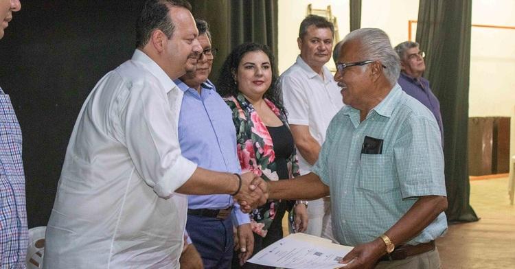 Durante el encuentro con el sector pesquero y acuícola, la Sader, a través de la Conapesca, entregó mil 750 apoyos de Bienpesca al mismo número de beneficiarios de los municipios de El Rosario y Escuinapa con un monto total de 12 millones 600 mil pesos.