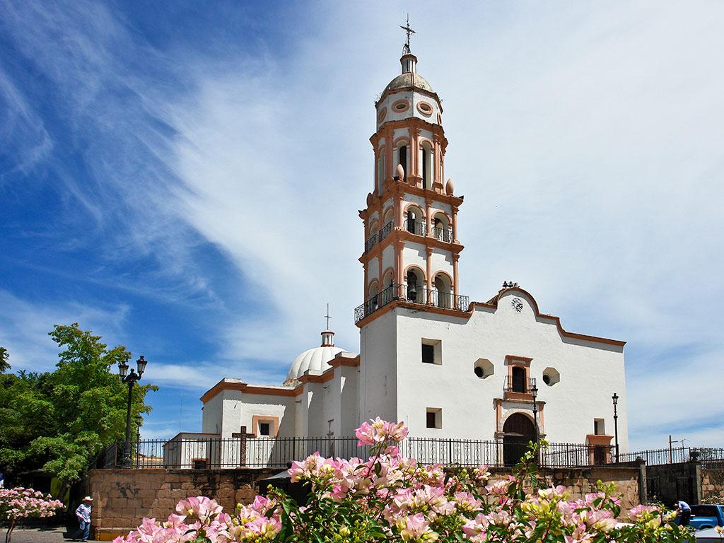 Vista de la Iglesia de Santa Úrsula en Cosalá, Sinaloa