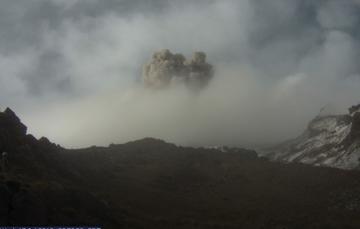 En las últimas 24 horas por medio de los sistemas de monitoreo del volcán Popocatépetl se identificaron 171 exhalaciones, dos explosiones y 492 minutos de tremor.