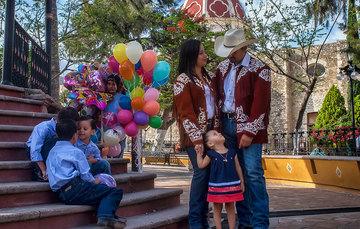Familia en la Plaza Independencia en Tula, Tamaulipas.
