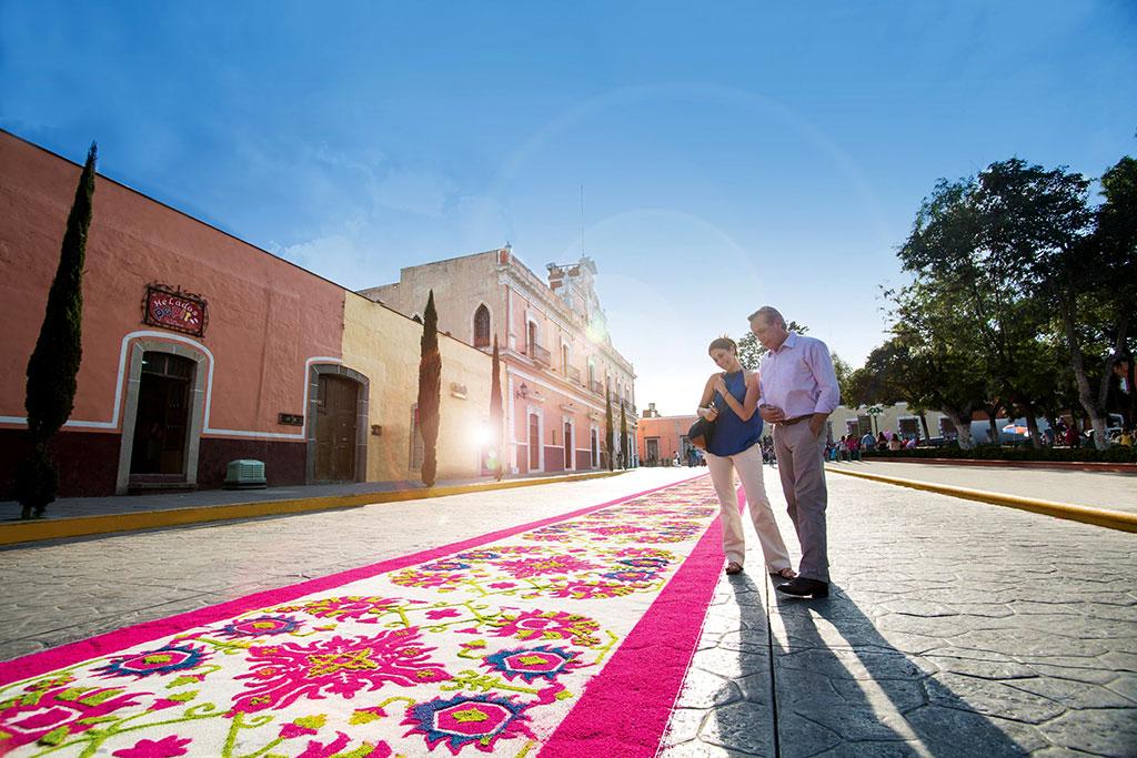 Tapete de aserrín de colores en Huamantla, Tlaxcala.