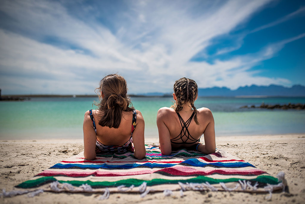 Chicas disfrutando la playa en Loreto, Baja California Sur.
