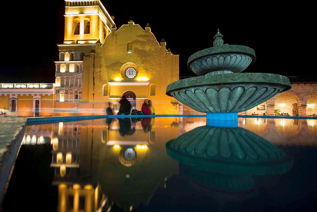 Vista nocturna de la Plaza Central y Portales en el centro de Comitán, Chiapas