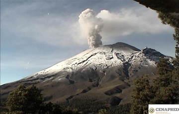En las últimas 24 horas por medio de los sistemas de monitoreo del volcán Popocatépetl se identificaron 101 exhalaciones y 363 minutos de tremor, acompañados por la emisión de gases volcánicos y en ocasiones de ceniza.