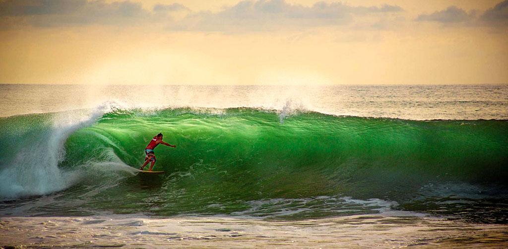 Práctica de surf en mar abierto, Sayulita, Nayarit.