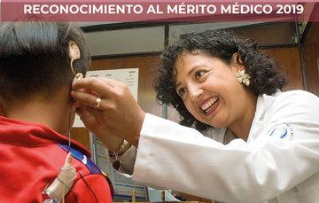 Imagen de doctora atendiendo a paciente