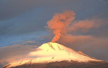 El sistema de monitoreo registró 157 exhalaciones, 640 min de tremor y dos explosiones menores hoy a las 03:09 h y 03:41 h.